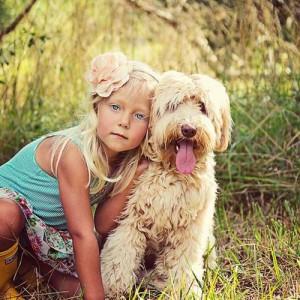 zdjęcie dziewczynki i pieska